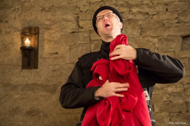 Michael Pohl als Hilfsbarde bei Einrichtung des improvisierten Studios.