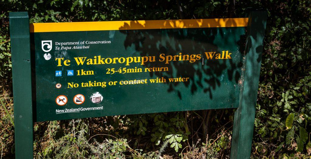 Das grüne Schild in Neuseeland kündigt ein Naturschutzgebiet an