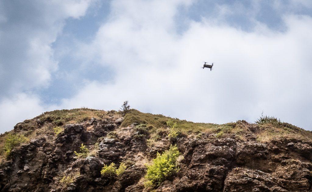 Eine Drohne fliegt in Neuseeland