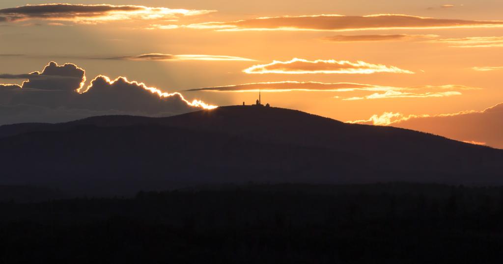 Sonnenuntergang hinter dem Brocken - vom Hexentanzplatz in Thale aus gesehen