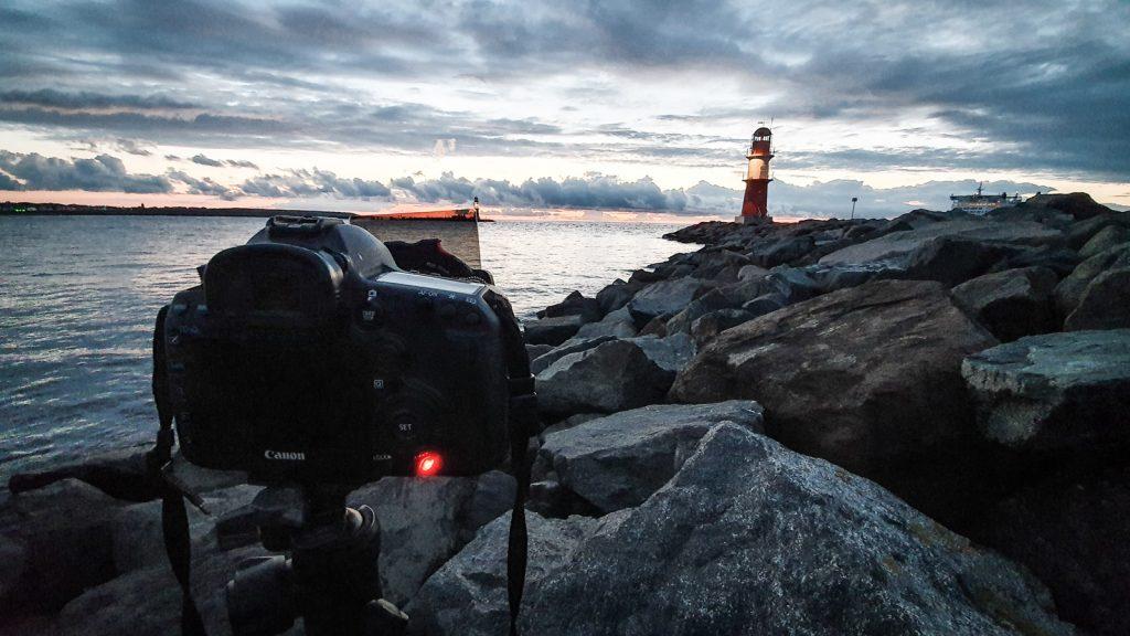 Eine Kamera fotografiert die Mole in Warnemünde