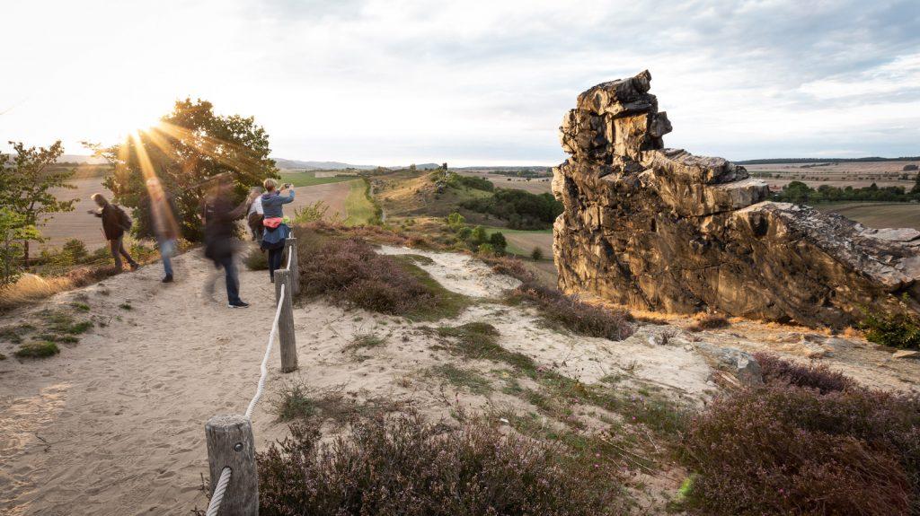 Touristen an der Teufelsmauer im Harz