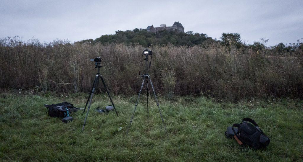 Zwei Kameras auf Stativen vor der Veste Otzberg
