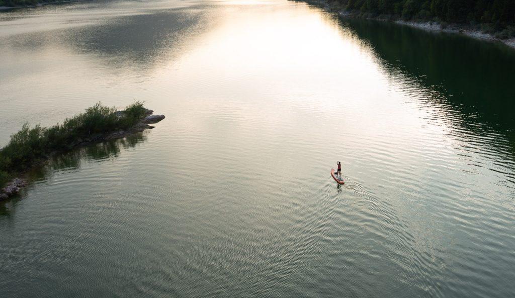 Stand-Up-Paddlerin auf dem Sylvensteinsee.