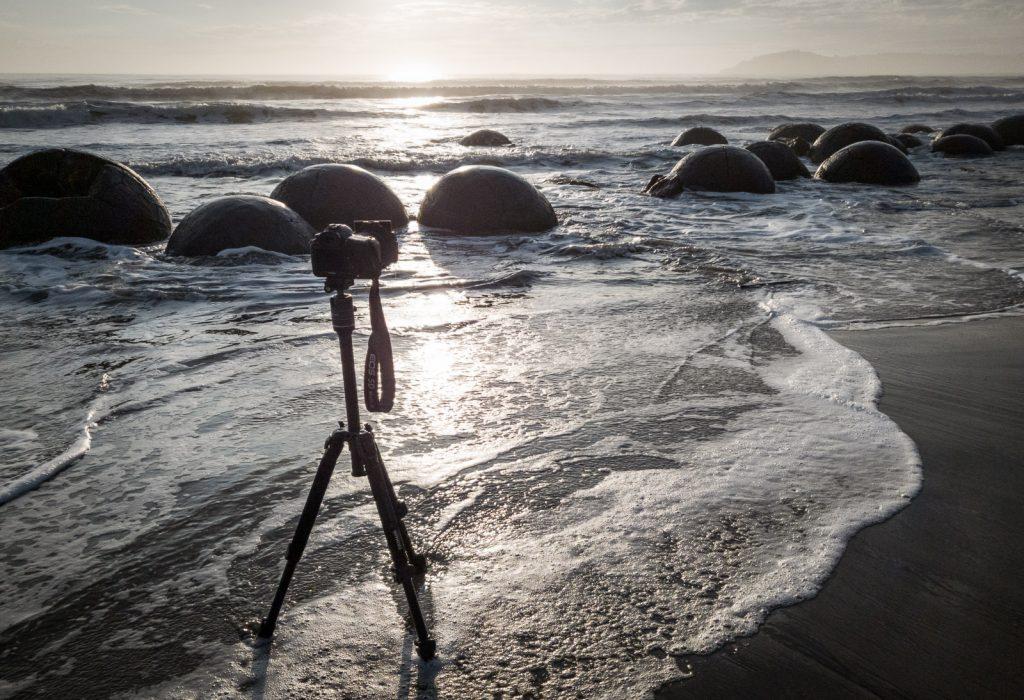 Eine Kamera im Sand vor den Moeraki Boulders