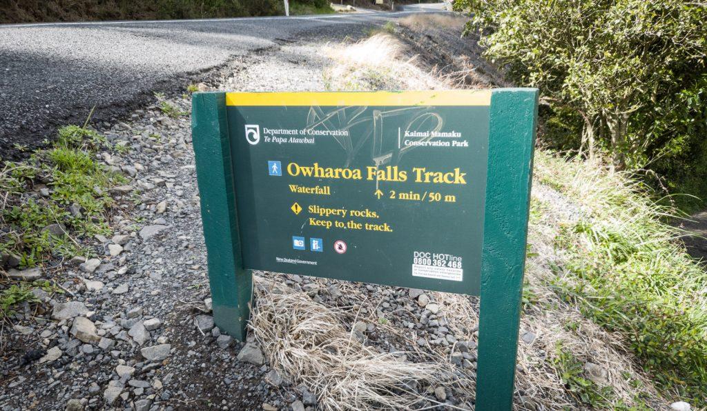 Wegweiser zu den Owharoa Falls
