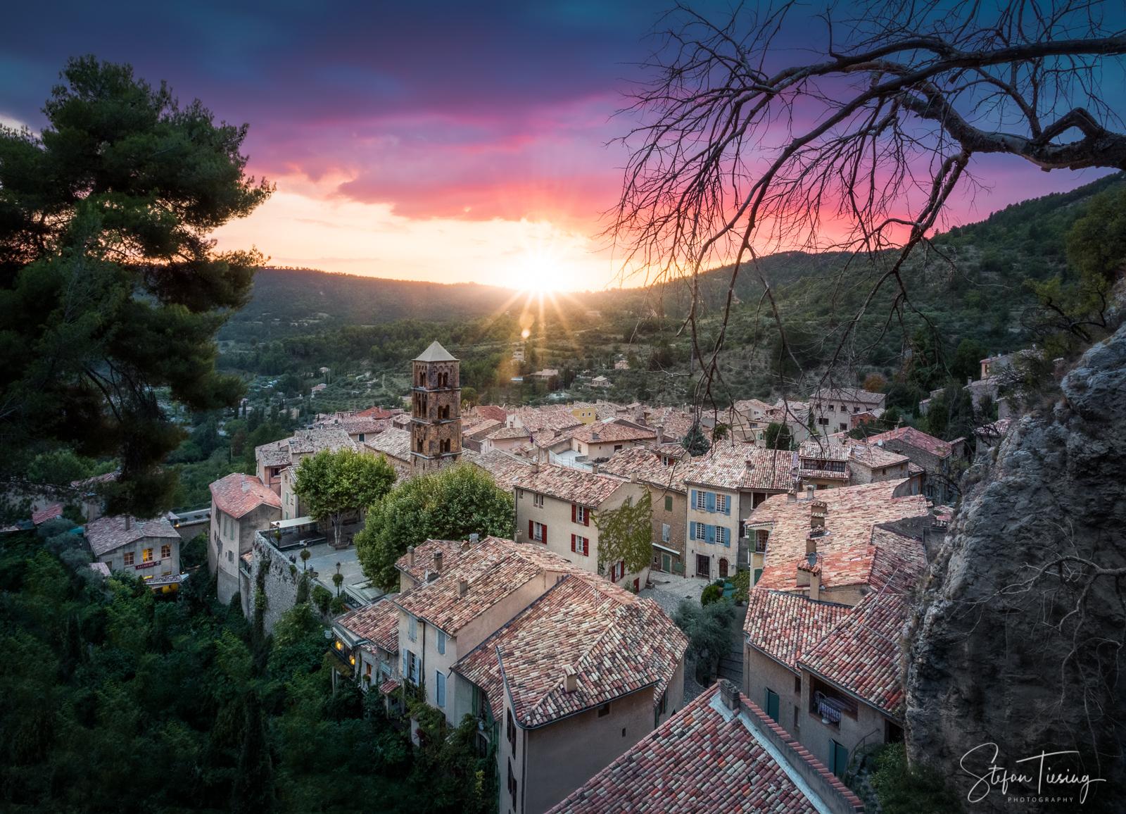 Sonnenuntergang über Moustiers-Sainte-Marie