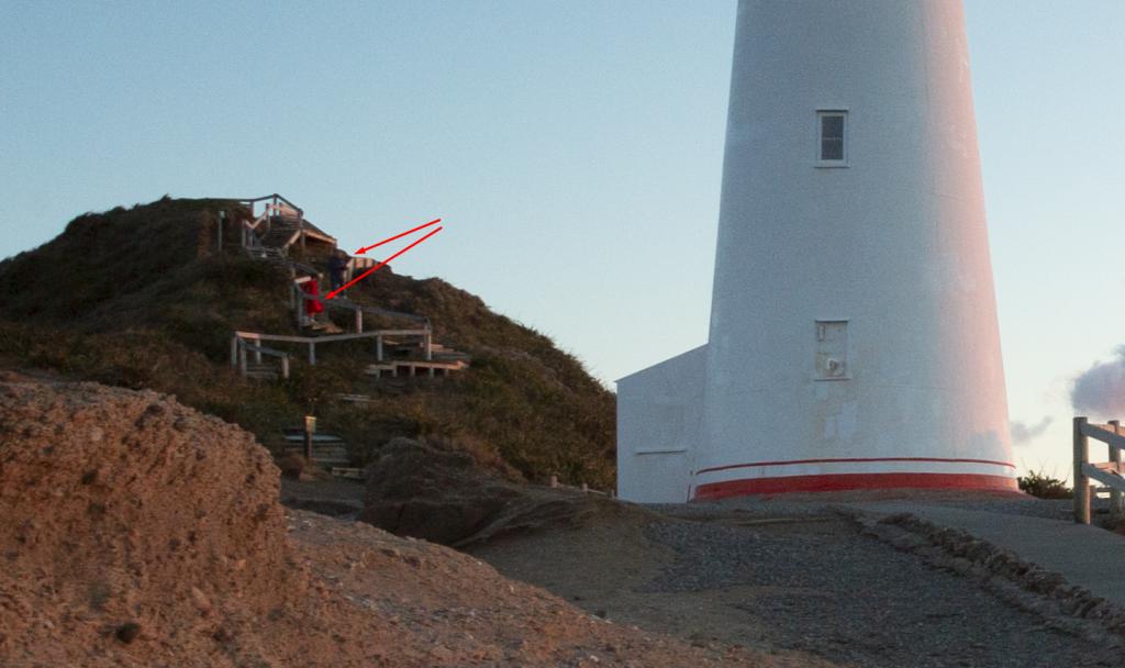 Pfeile zeigen auf Touristen auf der Treppe am Castlepoint Lighthouse