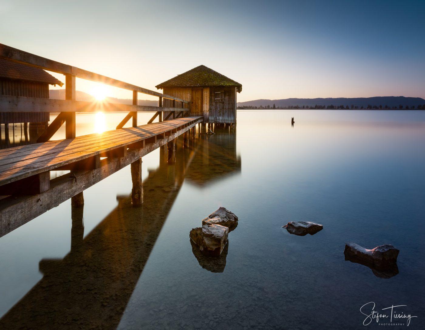 Bootshaus am Kochelsee im Sonnenuntergang