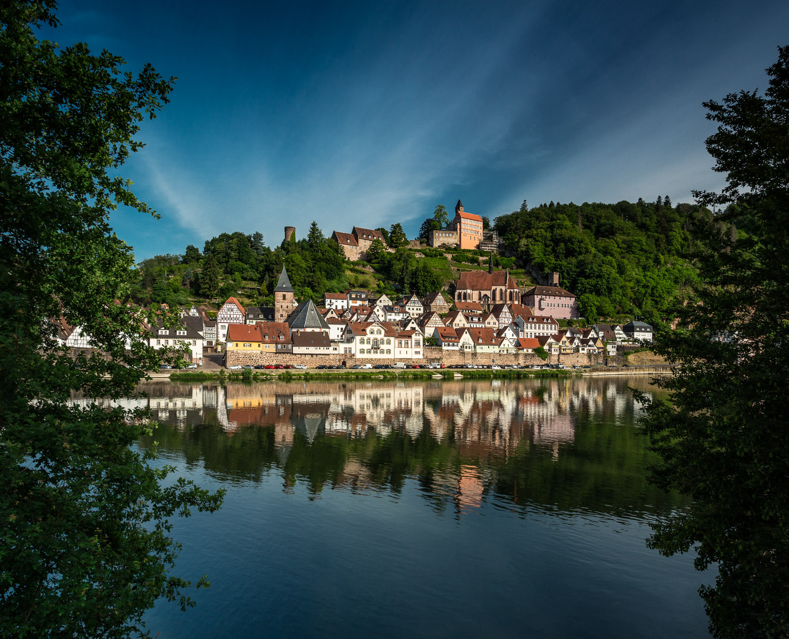 Die Altstadt von Hirschhorn mit dem Neckar im Vordergrund am Morgen