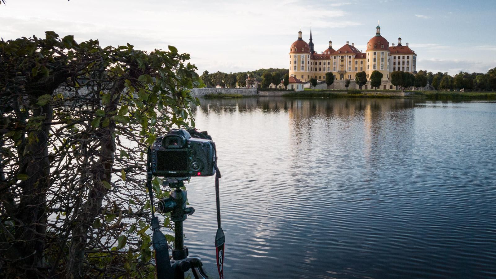 Eine Kamera auf einem Stativ macht ein Foto von Schloss Moritzburg