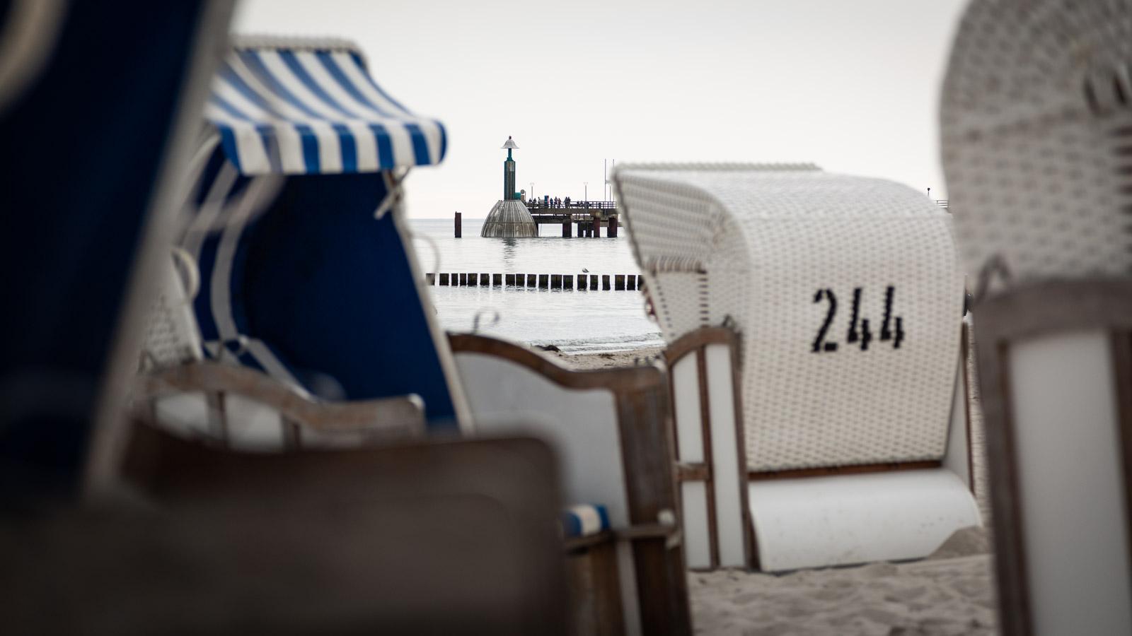 Die Tauchgondel an der Seebrücke Zingst ist abgetaucht. Im Vordergrund Strandkörbe.