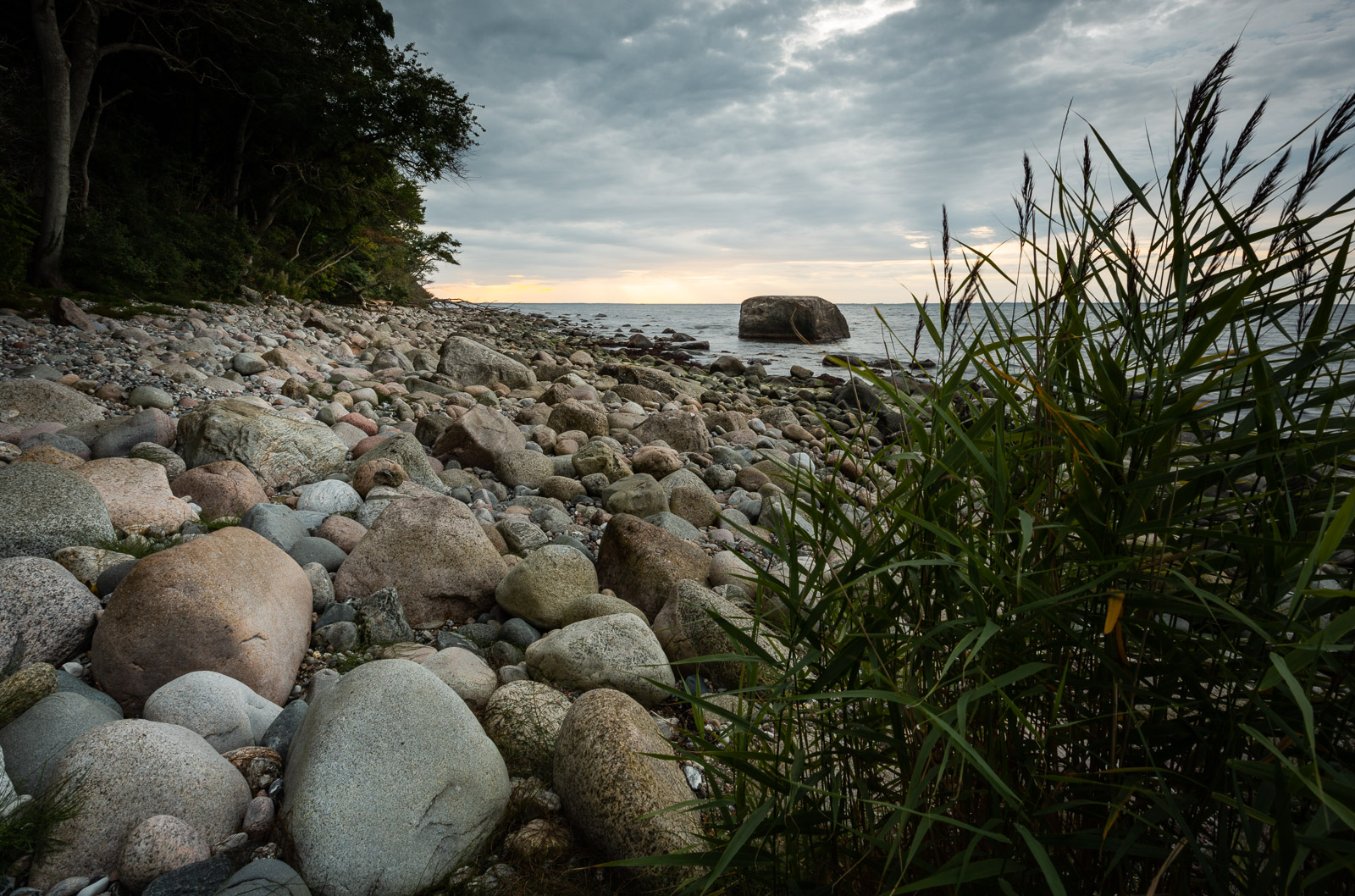 Ostseestand mit dem Findling Blandow im Hintergrund