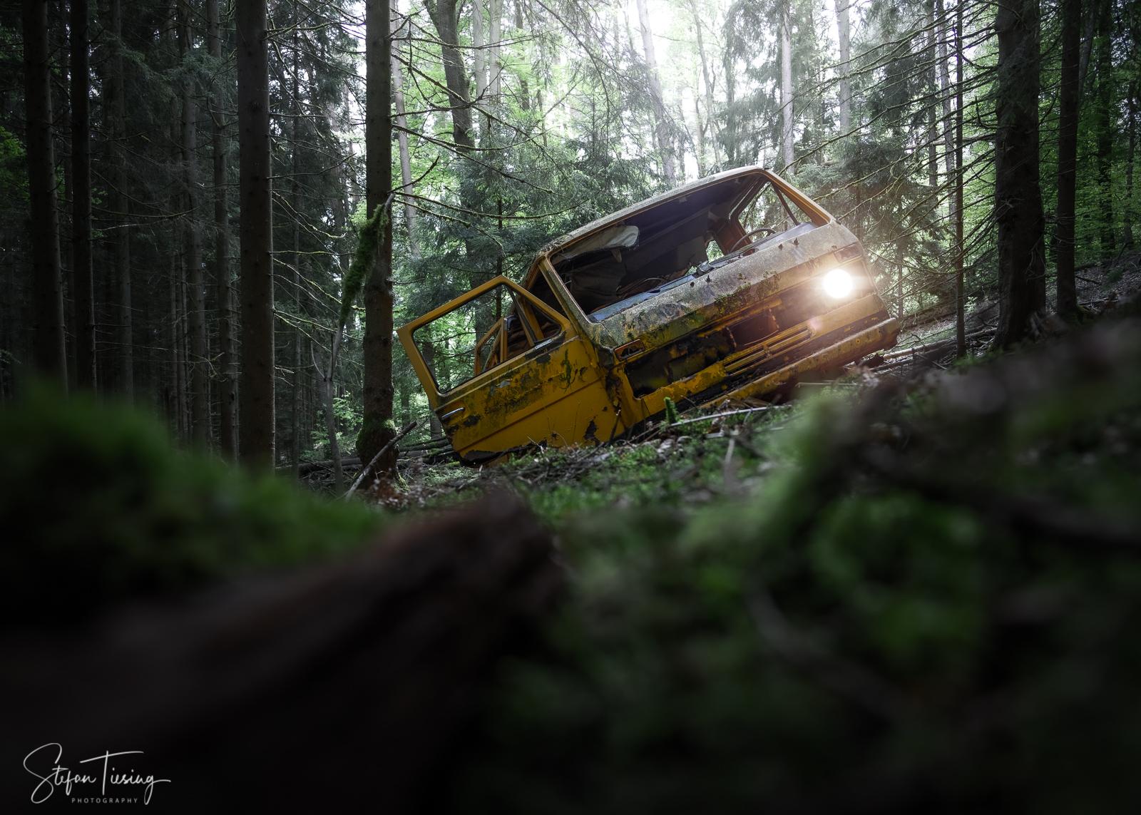 Gelber Bus im Odenwald