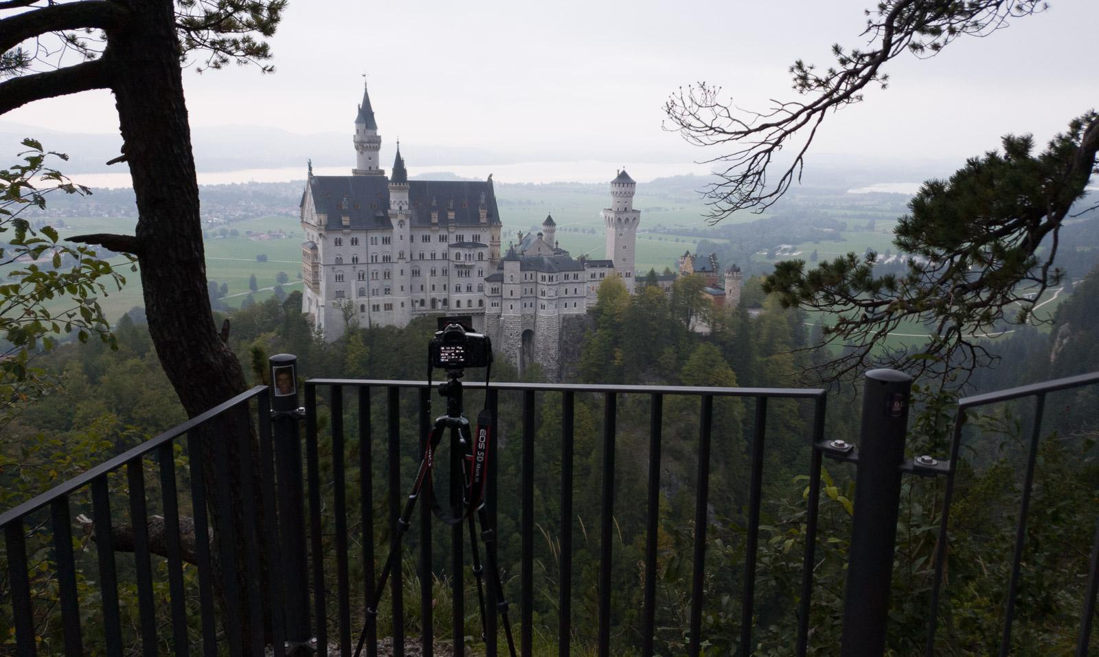 Eine Kamera auf einem Stativ macht ein Foto von Schloss Neuschwanstein